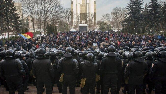 Moldovas galvaspilsētā pret jauno valdību protestē 10 000 cilvēku