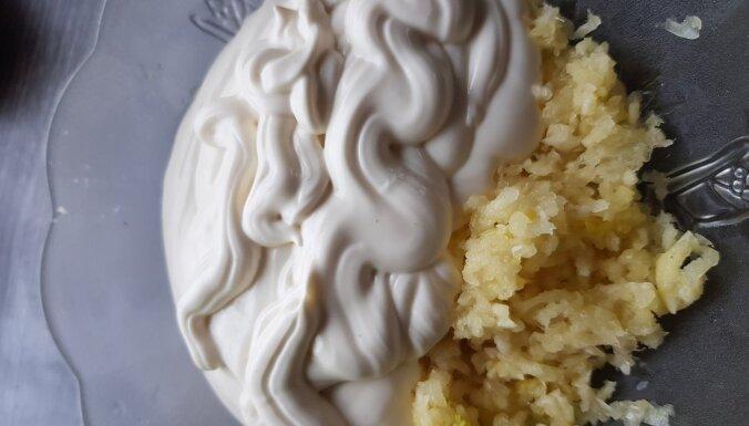 Foto recepte: Pikantā karpa ar ķiplokiem, majonēzi un mārrutkiem