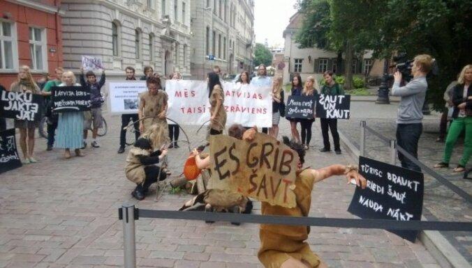 Fotoreportāža: pie Saeimas protestē pret loku medību legalizēšanu
