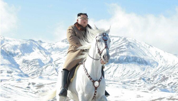 ФОТО: Ким Чен Ын поднялся на священную гору на белом коне