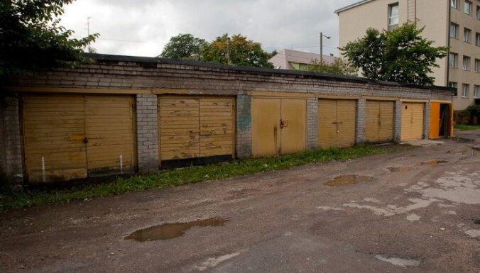 В гараже в Риге нашли большое количество нелегального алкоголя и сигарет