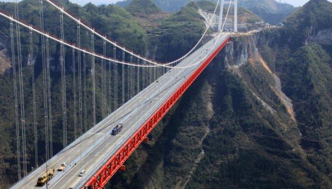 Ķīnā atklāts pasaulē garākais tilts pār aizu