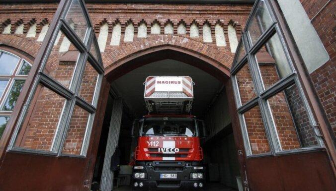 В жилом доме в Риге горел мусорный контейнер: пожарные спасли 17 человек