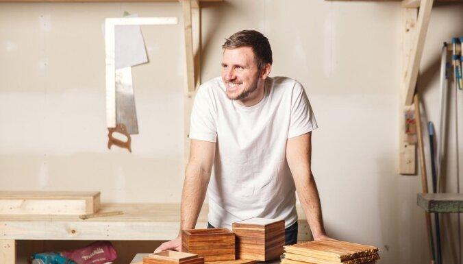 Kanādas jaunuzņēmums no koka irbulīšiem izgatavo mēbeles