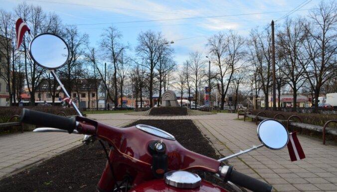 Foto: Ar 'Jawa' motocikliem sveic Latviju dzimšanas dienā