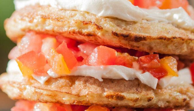 Kabaču pankūkas ar tomātiem un svaigo sieru