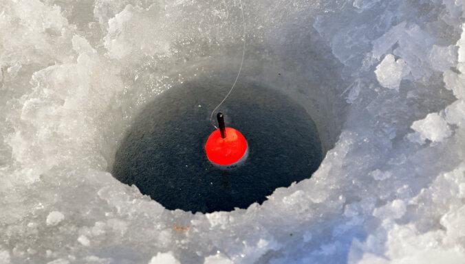 В субботу помощь спасателей потребовалась пяти людям, провалившимся под лед