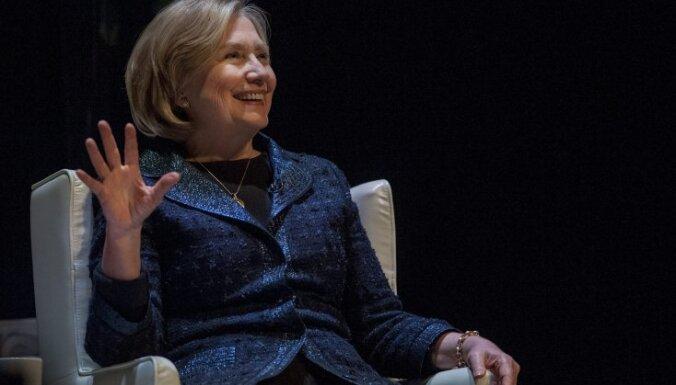 Клинтон во время поездки в Россию забыла в отеле секретный документ