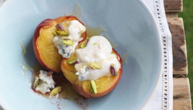 Персики, запеченные с сыром горгонзола