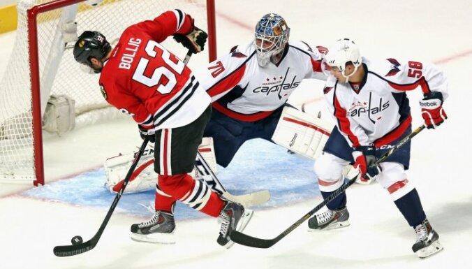 Stenlija kausa ieguvēji 'Blackhawks' ar svinībām un uzvaru sāk NHL jauno sezonu