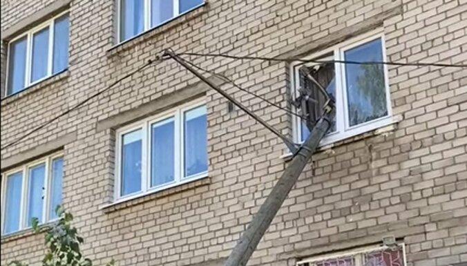 В Риге столб упал на окно жилого дома