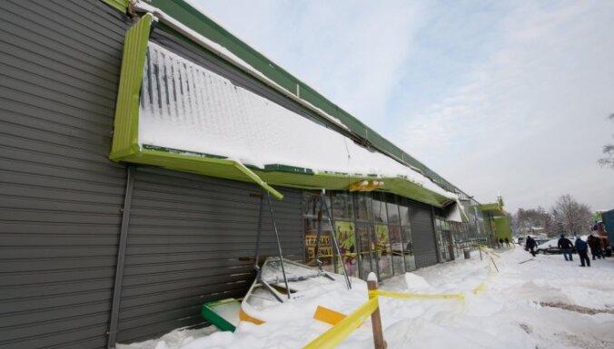 Jelgavā no sniega smaguma salūst veikala nojume