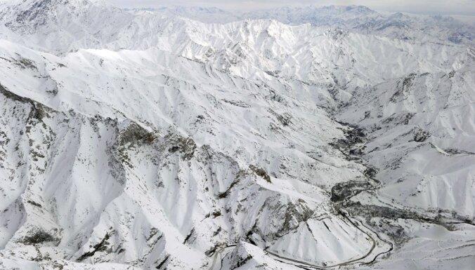 Slikti laikapstākļi apgrūtina Pakistānā lavīnā aprakto 138 cilvēku meklēšanu