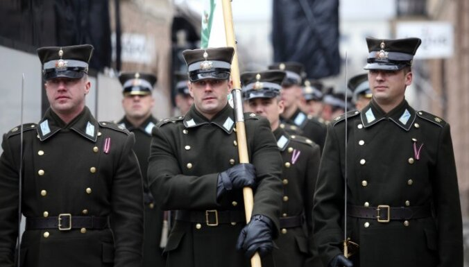 Foto: Vairāk nekā tūkstotis cilvēku vērojuši Lāčplēša dienas bruņoto spēku militāro parādi Rīgā
