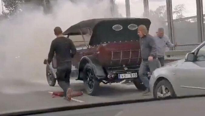 Video: Pārdaugavā aizdegusies pirmskara automašīna