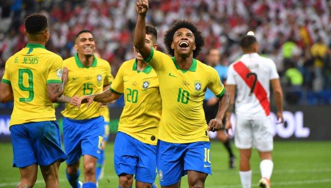 """Brazīlijas un Venecuēlas futbolisti sasniedz """"Copa America"""" ceturtdaļfinālu"""