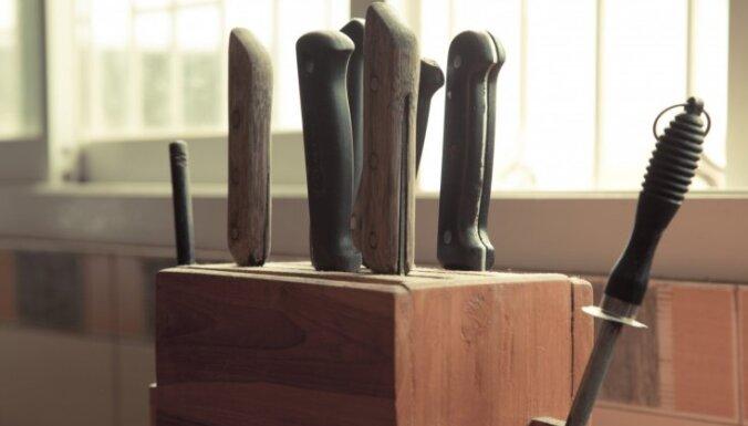 Video: Kā uztaisīt naža statīvu no virtuvē atrodamajiem produktiem