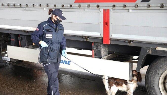ФОТО. На границе у дальнобойщика изъяли 22 000 евро наличными