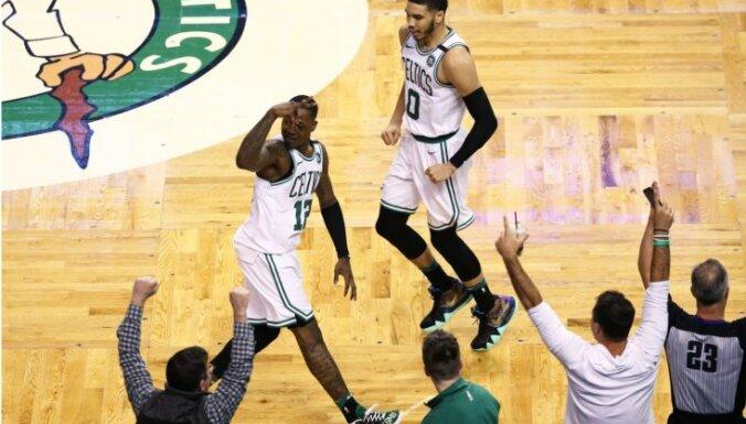 'Celtics' fantastiskā NBA 'play-off' mačā gūst uzvaru