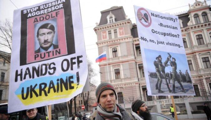 Foto: Pikets pie Krievijas vēstniecības pret Ukrainas konflikta 'mediju melīgumu'
