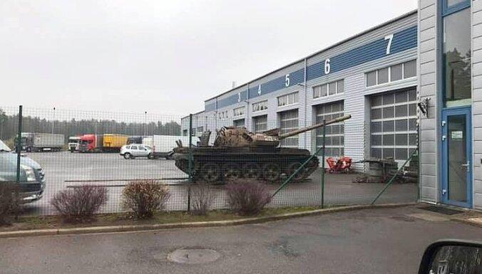 Foto: Pie autoservisa Jelgavā ieradušies padomju tanki