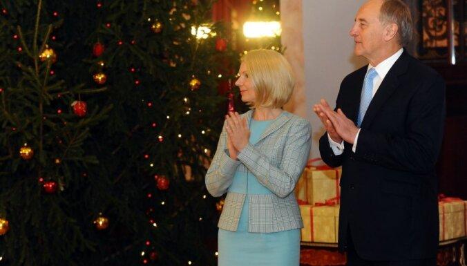 Prezidents kopā ar ģimenēm no visas Latvijas iededz Ziemassvētku egli