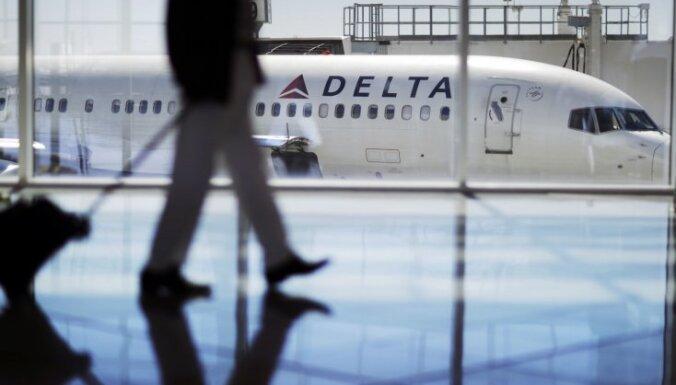 Skaļi arābiski pa telefonu runājošu vīrieti izsēdina no lidmašīnas reisa
