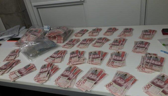 Foto: VID muitnieki atklāj nedeklarētu skaidru naudu – pusotru miljonu Zviedru kronu