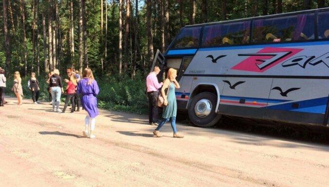 Ceļā uz LSA sēdi grāvī ieslīd studentu autobuss