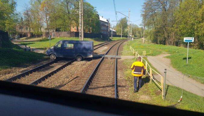 Torņakalnā uz dzelzceļa gājēju pārejas iesprūdis auto; vilcienu satiksme atjaunota