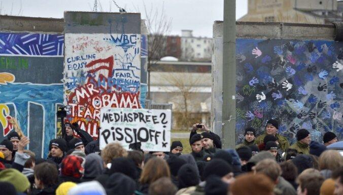 Protestētāji neļauj nojaukt Berlīnes mūra posmu