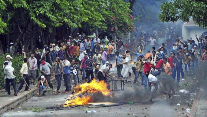 Pēc traģiskā ugunsgrēka tekstilrūpnīcā Bangladešā turpinās sadursmes starp protestētājiem un policiju