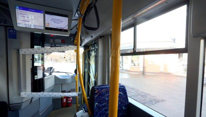За неиспользование масок в Риге из общественного транспорта высажены 495 пассажиров
