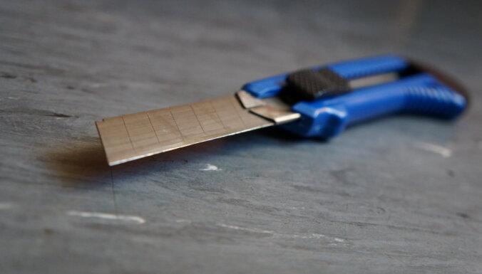 Ziepniekkalnā agresīvs vīrietis ar papīra nazi sagriež mājas iedzīvotāju