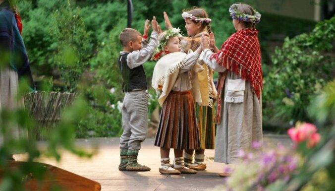 Опрос: В этом году 38% жителей Латвии будут отмечать Лиго в сельском доме