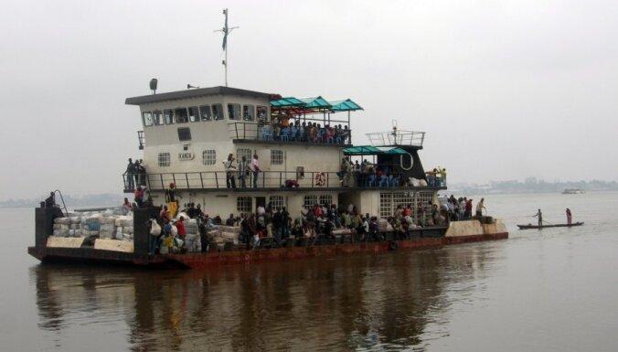 Divu upes kuģu sadursmē Kongo DR gājuši bojā gandrīz 100 cilvēki