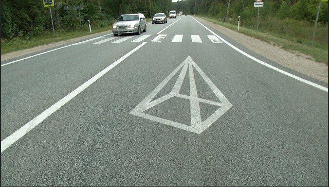"""Эксперимент: латвийские ученые нарисовали на дорогах необычные знаки, чтобы """"разбудить"""" водителей"""