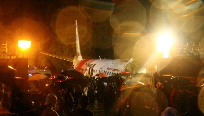Indijā avarē pasažieru lidmašīna ar 190 cilvēkiem; 17 bojāgājušie (plkst. 23:13)