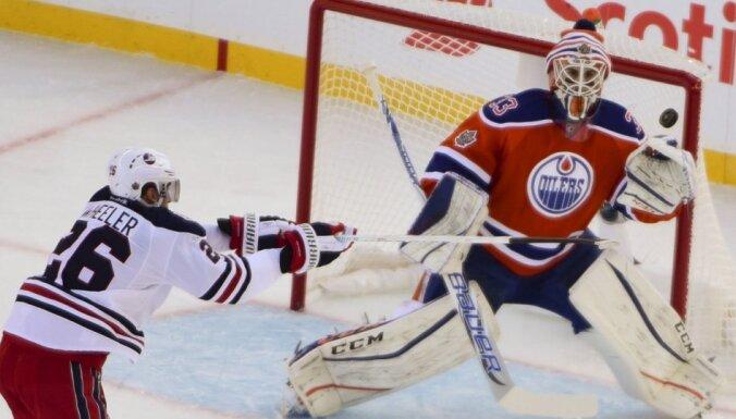 Foto: Edmontonas 'Oilers' vārtsarga nedēļu vecie dvīņi vēro tēva spēli