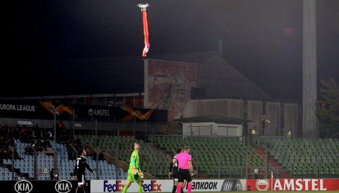 Футбольный скандал: как летающий дрон с флагом прервал матч Лиги Европы УЕФА