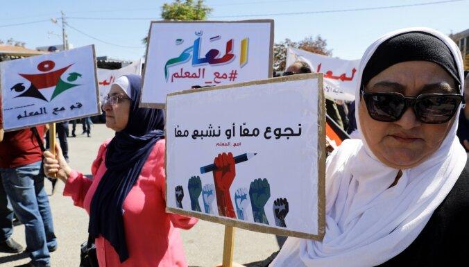 Jordānijā skolotāji panāk algas pielikumu un beidz mēnesi ilgušo streiku