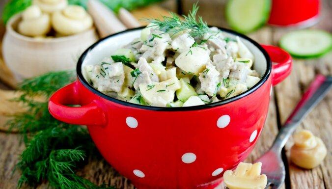 Vārītas vistas, gurķu un avokado salāti ar marinētiem šampinjoniem