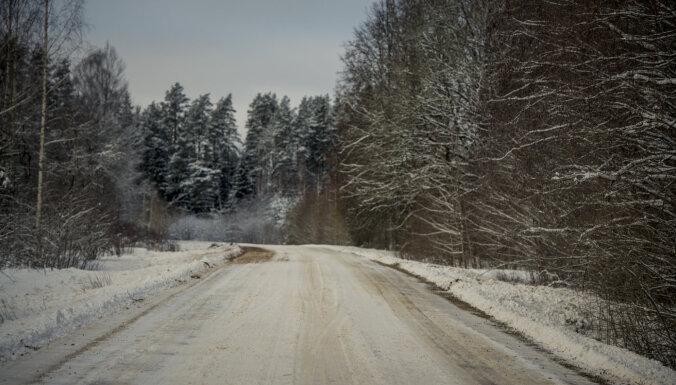 Šorīt daudzviet apgrūtināta braukšana pa vietējiem autoceļiem