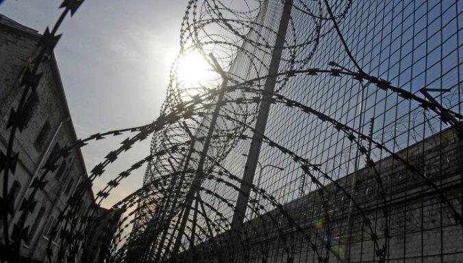 Trīs cilvēku slepkavībās apsūdzētiem vīriešiem piespriež vairāk nekā 20 gadu cietumsodus