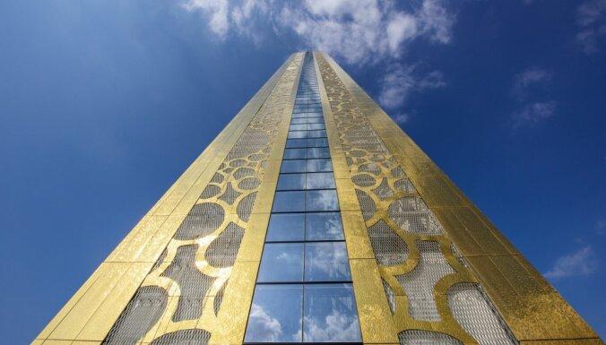 Dubaijā uzcelts 150 metrus augsts 'fotorāmis', ko vainago stikla tilts
