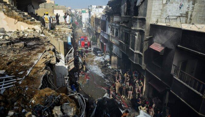 Aviokatastrofā Pakistānā gājuši bojā 97 cilvēki; divi izdzīvojuši