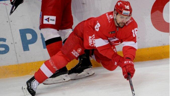 ВИДЕО. Даугавиньш получил травму в матче против СКА: у хоккеиста пробито легкое