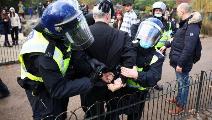 Foto: Londonā protestu laikā pret karantīnas ierobežojumiem aizturēti 150 demonstranti