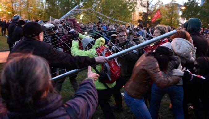 Jekaterinburgā vairākas dienas protestē pret baznīcas celtniecību zaļā skvērā