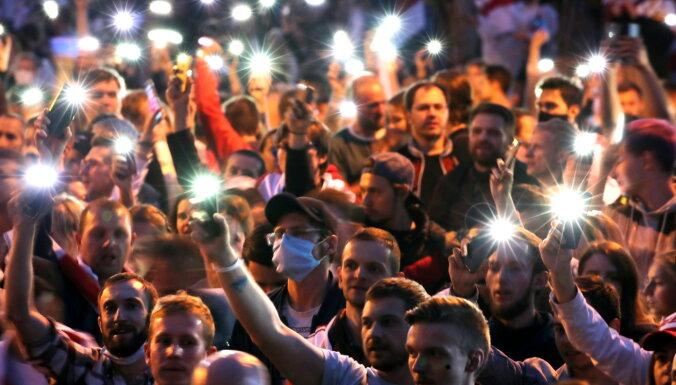 Krievijā cilvēkus ar mobilo lukturīšu spīdināšanu aicina atbalstīt Navaļniju